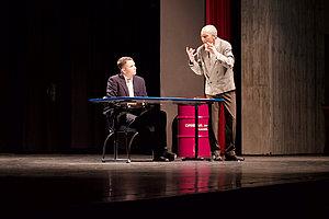 Nihilist Nada (rechts), gespielt von Paul Böhringer, arrangiert sich mit der neuen Bürokratie und zeigt zugleich ihre Absurdität auf