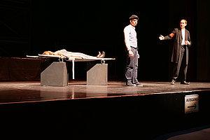 Diego (Mitte), gespielt von Benjamin Lung, opfert sein eigenes Leben und rettet so die Stadt und das Leben seiner Geliebten vor der Pest (rechts)